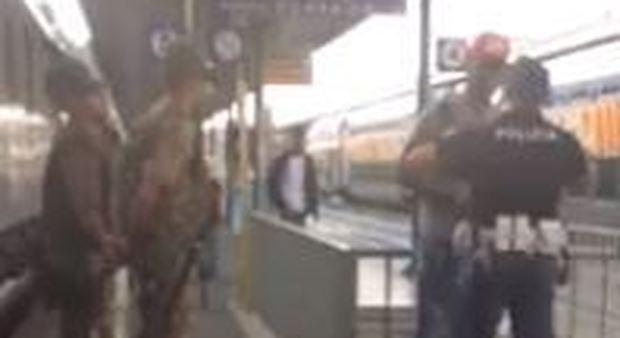 Il poliziotto caccia l'immigrato dalla stazione: «Tornatene in Africa» Guarda
