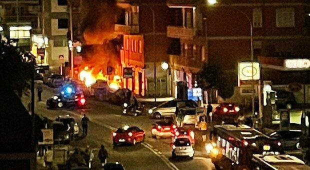 Paura a Roma, incendio nei pressi di un supermercato: le fiamme avvolgono il primo piano di una palazzina