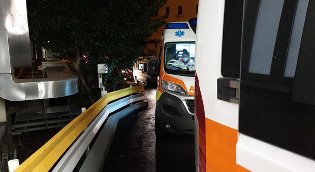 Le ambulanze in fila dinanzi al pronto soccorso