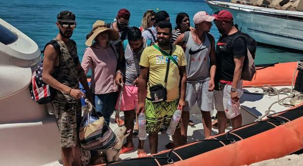 Migranti, sbarca a Lampedusa con il barboncino al guinzaglio: «Cerchiamo lavoro e libertà»