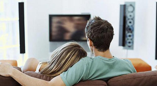 Sesso sul divano di casa davanti alla tv poi la scoperta - Coppia di amatori che scopano sul divano ...