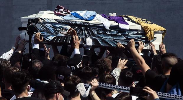 Daniel Guerini, in migliaia ai funerali. Lo striscione della Nord: «Roma lo cullava in braccio ar sonno»