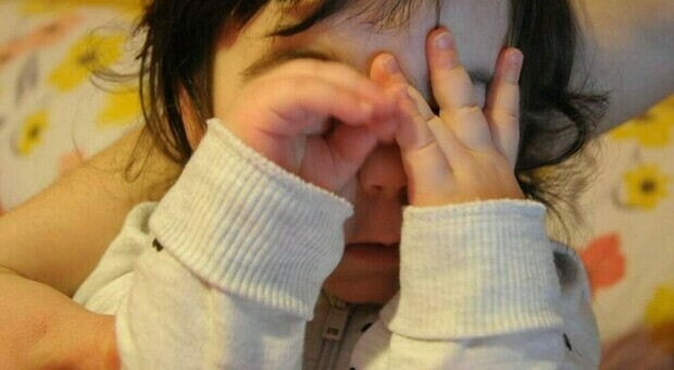 Le sculacciate ai bambini? Non educano, anzi aumentano l'aggressività: lo studio su Lancet