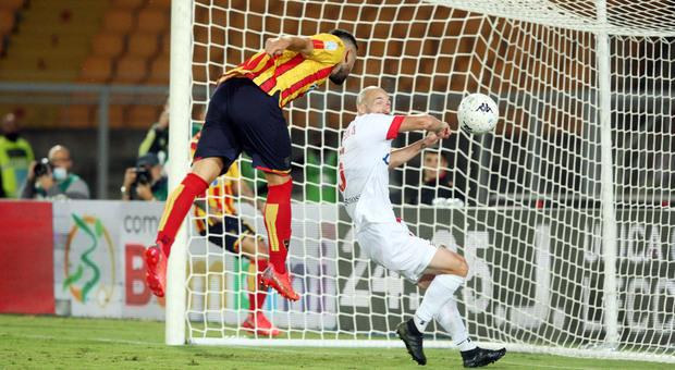 Massimo Coda realizza la rete del 3-0 per il Lecce