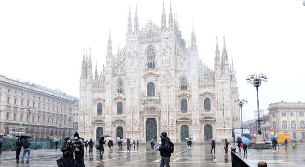 Milano, arriva la prima neve dell'inverno: la città si risveglia imbiancata