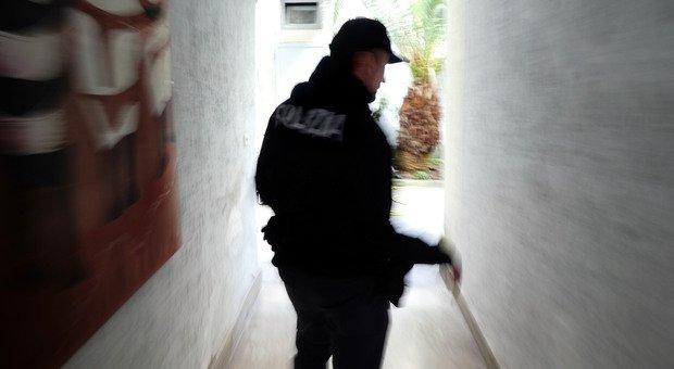 La polizia sul luogo dell'omicidio (foto Max Frigione)