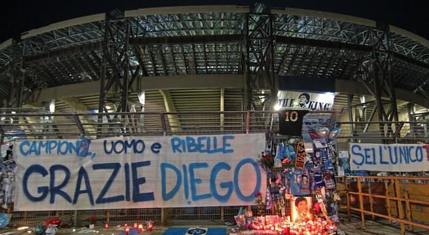 Maradona, tra i cimeli anche l'autocertificazione: «Esco per rendere omaggio al Dio del calcio»