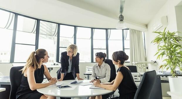 Stipendi rosa shocking: alle donne salari inferiori del 5% e accesso al lavoro più difficile. Conte: «Cambieremo con i Recovery Fund»
