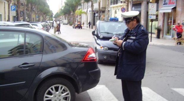 Multa da 37 euro per divieto di sosta, fa ricorso: ora dovrà pagarne mille