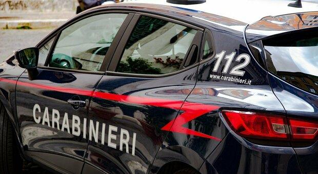 Fugge dai carabinieri e rischia di investire i passanti: in casa aveva un chilo di cocaina e 200mila euro. Arrestato un marocchino