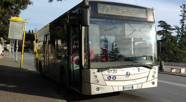 Roma, prova a salire sul bus senza mascherina e picchia l'autista: denunciato un 50enne