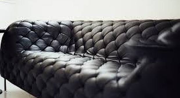 Dà il cellulare alla figlia di due anni per giocare, lei compra un divano online