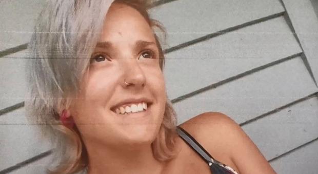Mamma di 25 anni spara col fucile ai cinque figli e li uccide: poi incendia la casa e si toglie la vita