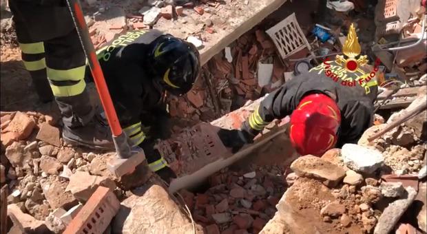 Firenze, incendio ed esplosione: crolla una casa. Due uomini morti, una donna ancora dispersa sotto le macerie VIDEO
