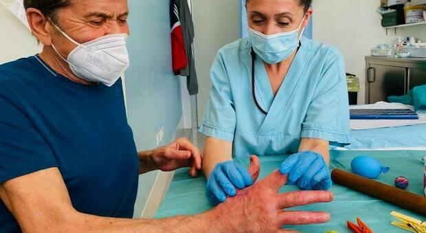 Gianni Morandi, la foto della mano ustionata: «Non si muove»