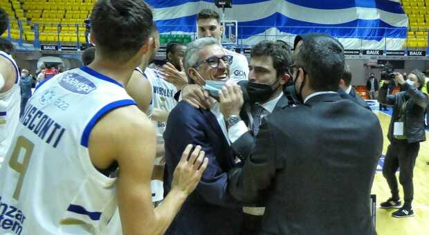 La gioia finale e l'abbraccio del presidente Nando Marino