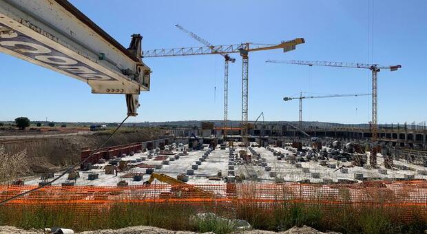 Nuovo ospedale San Cataldo a Taranto, il sindacato: «Operai collassati per caldo». L'azienda: «Assicurare la tutela dei lavoratori è nostra priorità»