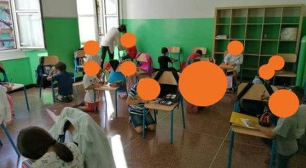 Genova, bambini senza banchi in ginocchio a scuola. Toti: inaccettabile