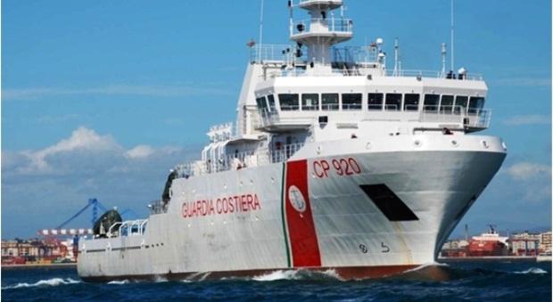Migranti, la Guardia Costiera salva in mare 140 naufraghi. Salvini: «Prima la redistribuzione, poi lo sbarco»