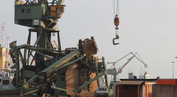 Taranto, le gru crollate sono tre: «Disperso Mimmo, operaio 31enne». In corso le ricerche in mare