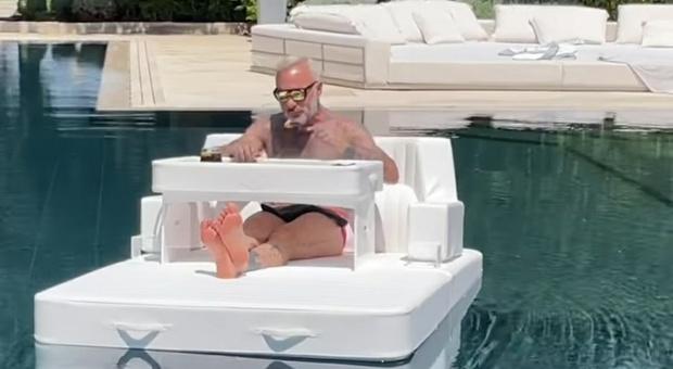 Gianluca Vacchi, show in piscina: pranzo galleggiante sotto il sole FOTO