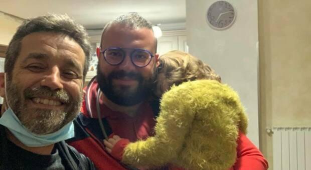 Daniele Silvestri ritrova il suo zaino prezioso grazie a un appello sui social, il selfie con il suo eroe: «Le brave persone esistono»