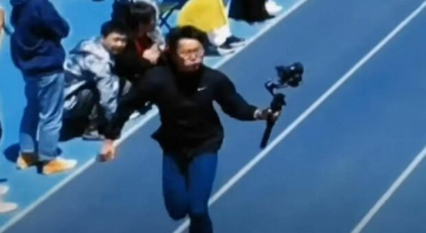 Cina: cameraman gara sui 100 metri più veloce degli atleti
