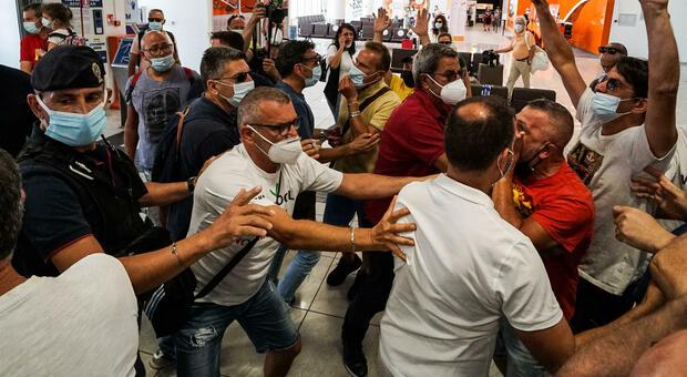 Whirlpool licenzia 320 lavoratori: protesta in aeroporto a Napoli, viaggiatori bloccati all'imbarco