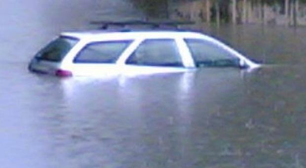 Maltempo nel Trevigiano, bimbo prigioniero dell'auto in mezzo all'acqua, allagata la camera di un'anziana