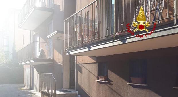 Batteria della bici elettrica esplode all'improvviso: incendio e fumo, evacuata un'intera palazzina