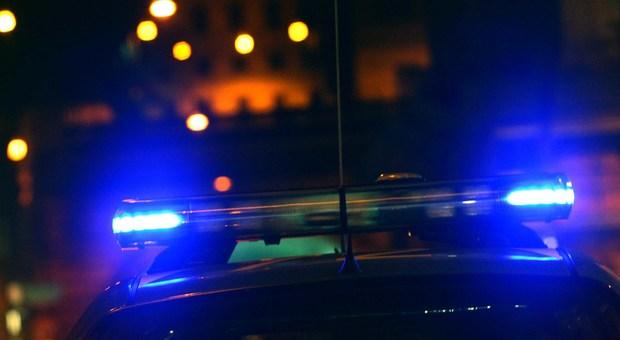 Accerchiati, picchiati e rapinati mentre tornavano in hotel: coppia di turisti aggredita da tre persone