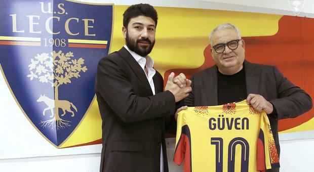 Guven Yalcin con il direttore sportivo Pantaleo Corvino © U.S. Lecce
