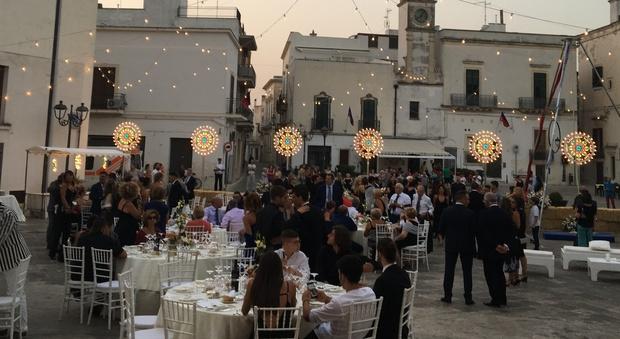 Matrimonio in piazza tra fiori acrobati e luminarie come for Luminarie puglia