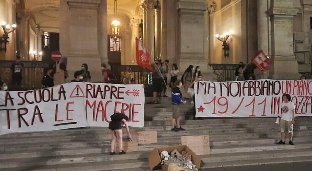 Nel cuore della notte gli studenti hanno protestato a Roma per lo status in degrado della scuola italiana