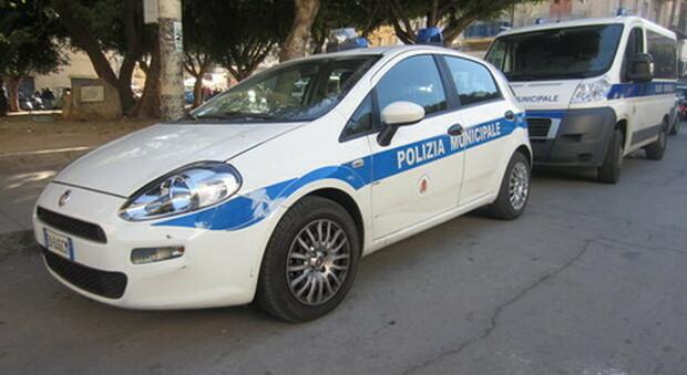 Si scaglia contro la polizia municipale per la multa e il ritiro dell'auto