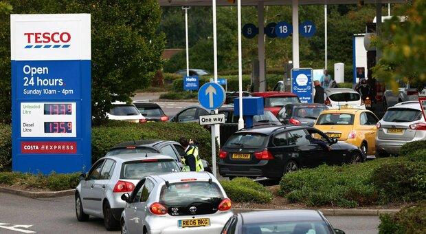 Crisi benzina, code ai distributori in Gran Bretagna: da lunedì arriva l'esercito