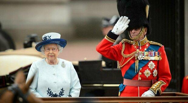 Principe Filippo, la regina Elisabetta è provata dal lutto. Ma gli esperti concordano: «Non abdicherà»