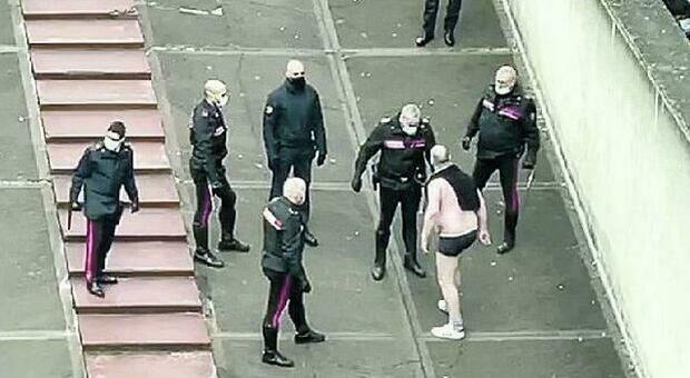 Gira nudo in centro storico e urla contro i passanti senza mascherina FOTO