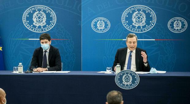 Draghi: «Ok spostamenti tra regioni gialle, guardiamo al futuro con fiducia». Speranza: «All'aperto meno rischi»