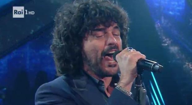 """Sanremo 2021, """"incidente"""" in diretta. Amadeus irrompe sul palco e convoca Francesco Renga: «C'è stato un problema...»"""