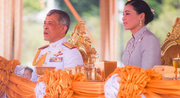 Coronavirus, il re della Thailandia nell'hotel di lusso con 20 concubine: «Per gli altri è chiuso, per lui no»