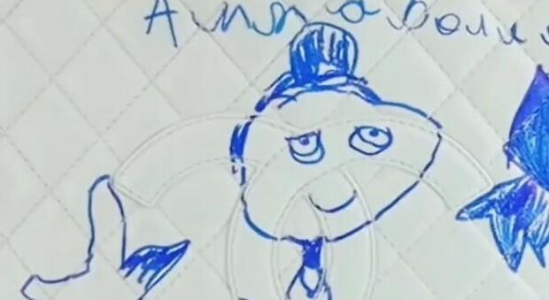 La bambina disegna sulla borsa bianca di lusso della mamma: il disastro sembra certo, ma c'è un rimedio