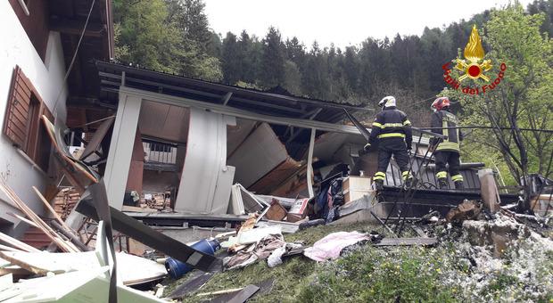 La casa dove è avvenuta l'esplosione questa mattina a Sorriva di Sovramonte e i soccorritori