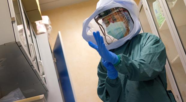 Lo studio: la pandemia di coronavirus durerà per 18-24 mesi. «Il vaccino aiuterà, ma non subito»