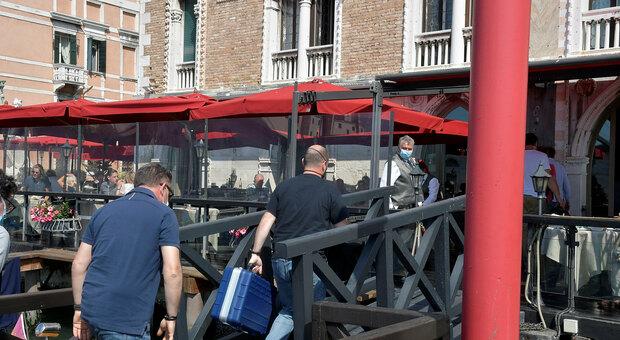 Venezia choc, morto un turista di vent'anni: è precipitato dal quinto piano di un hotel di lusso