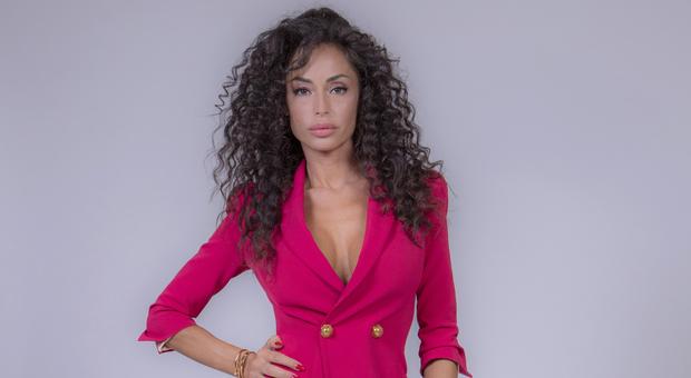 GFVip, ingresso sexy per Raffaella Fico che lancia una frecciatina all'ex Balotelli: «Vorrei fosse più presente»