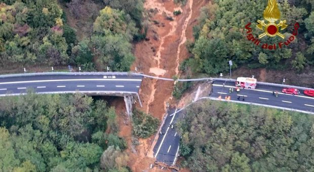Crolla viadotto sull'A6 nel Savonese. Cedimento per una frana, Toti: «Segnalata un'auto nella zona»