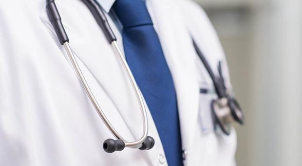 Medico che risale ex paziente