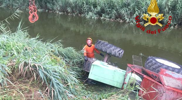 Un trattore finito nel canale
