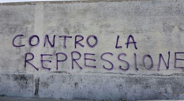 Scritte sui muri nei guai giovane laureata in casa spray - Scritte muri casa ...